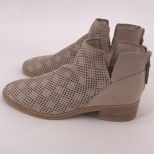 NWOB DOLCE VITA TAN SOFT SUEDE CUTOUT ANKLE BOOTS